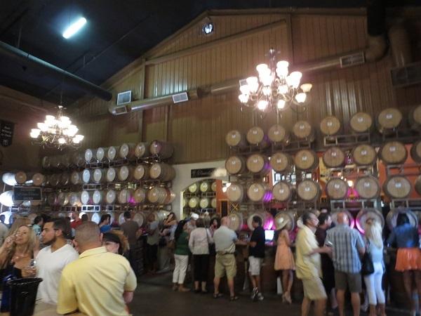 樽にか囲まれて、ワインテイスティング
