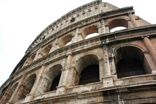 コロッセオを見上げる
