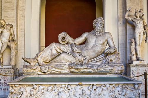中庭のギリシャ彫刻