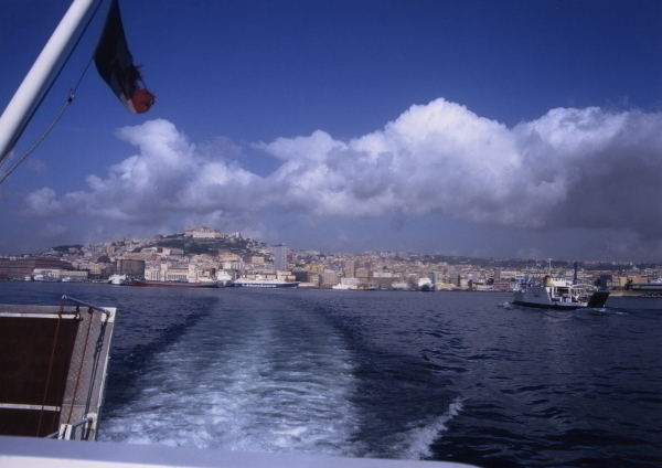 ナポリ港から約45分でカプリ島へ
