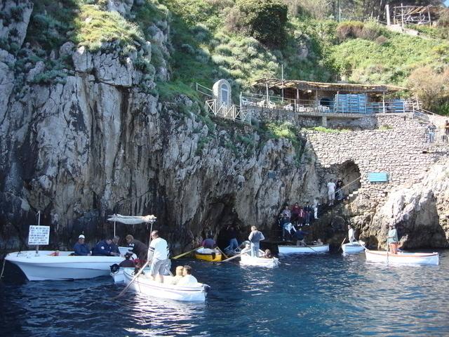 青の洞窟の入り口で待機する小舟