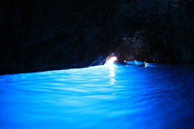 青の洞窟内ではこんな別世界の光景が!