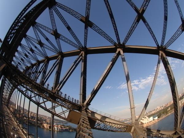 エクスプレスクライムは橋の内側のアーチを登る