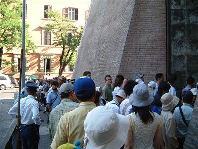 人気の美術館だけあっていつも人がたくさん