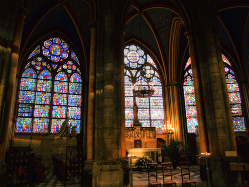 ノートルダム寺院のステンドグラスは聖書の絵物語