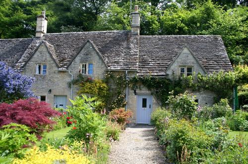 画家ウィリアム・モリスが「英国で最も美しい村」と讃えた静かな村バイブリー