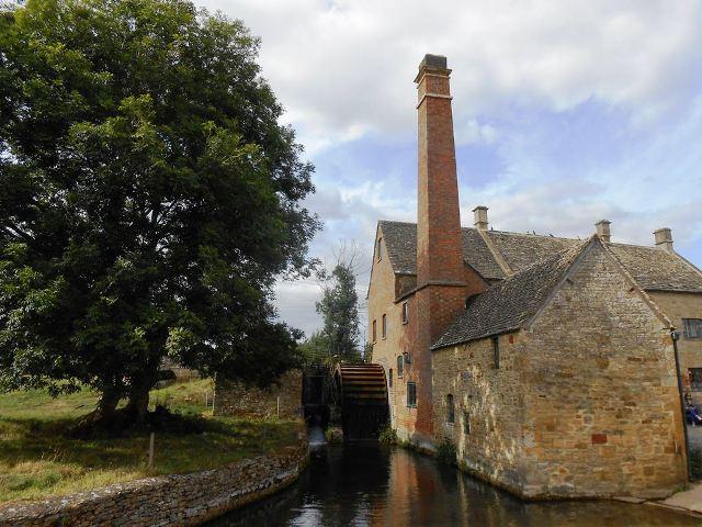 ロウアー・スローターの代名詞、水車小屋が見えてきました。11世紀に建てられたというこの水車小屋は小麦粉を挽くために何世紀にも渡って利用されてきたそうです。今は博物館になっています。