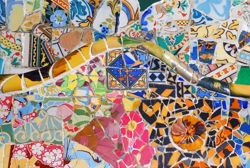 モザイクアートで埋め尽くされるグエル公園