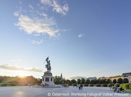 夕刻の王宮、英雄広場 ※春・秋の夕刻のイメージ