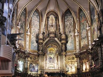 岩山に囲まれた修道院内部の見事な装飾