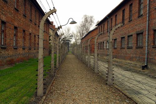 アウシュビッツ強制収容所 鉄条網に囲まれる建物