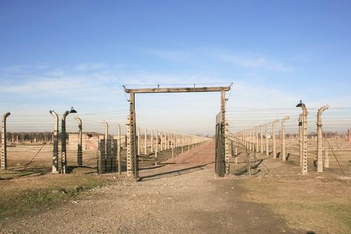 ビルケナウ強制収容所の鉄条網入り口