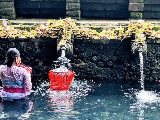 沐浴に訪れるバリの人々
