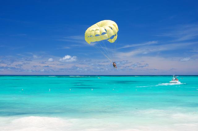 どこまでも透き通った海でのパラセーリングは感動ですよ!!