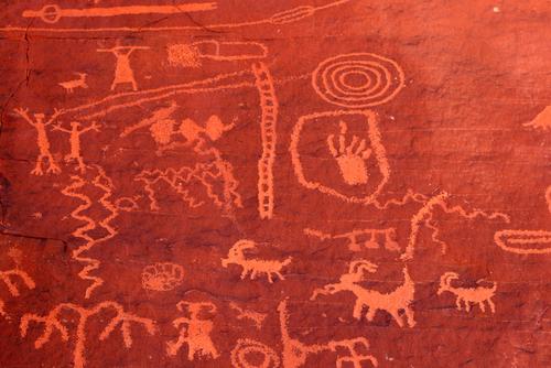 インディアンの壁画がこんなに鮮やかに残っています。