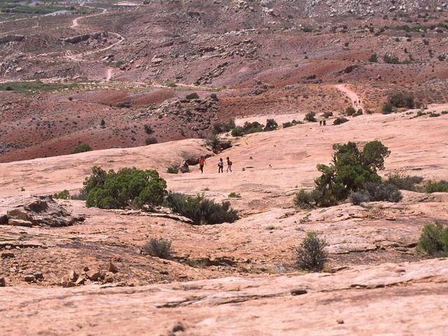 デリケートアーチまでの道のりのハイキング