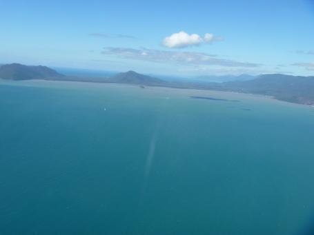 青い海の向こうに山々が見えます