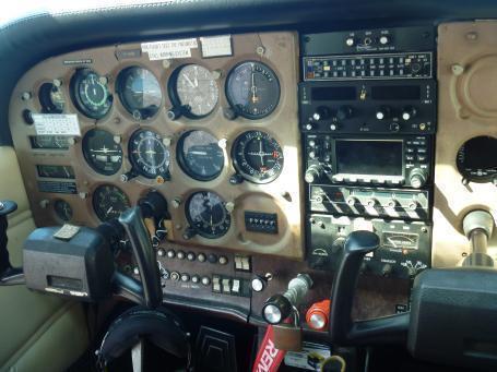 セスナ機のコックピット内部です