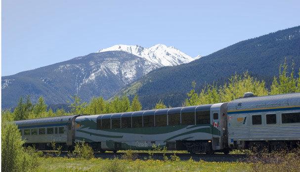 美しい自然を走り抜ける大陸横断鉄道